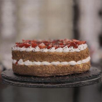طرز تهیه کیک ساده اسفنجی با خامه و توت فرنگی + فیلم