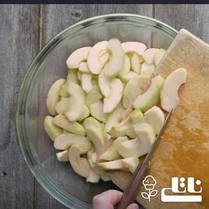 سیب های خرد شده را در آبکش گذاشته تا آب آنها کامل گرفته شود.