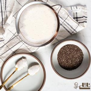 آرد و پودر کاکائو را به آرامی داخل شیر الک کنید