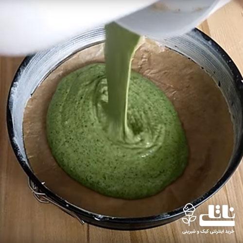 انتقال مواد کیک به قالب کیک