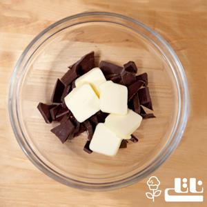 شکلات ها را رنده کرده و کره را به تکه های کوچک تقسیم میکنیم