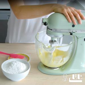 خامه و شکر را در ظرفی مخلوط کنید