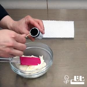 ؛ اسانس مورد نظر را به خامه کیک اضافه کنید.