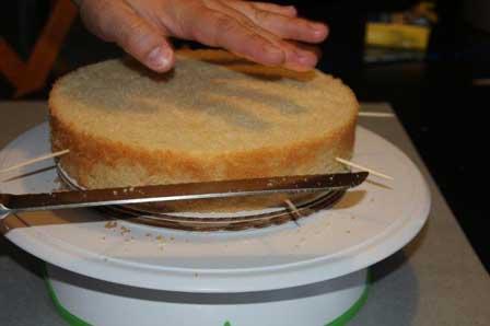 لایه لایه کردن کیک برای خامهکشی
