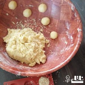 خمیر شیرینی را به صورت توپ های کوچک و با فاصله میچینیم