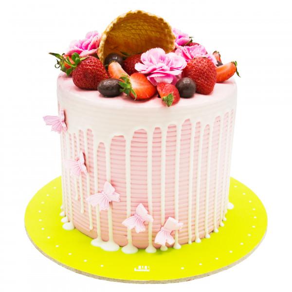 کیک توت فرنگی و پروانه