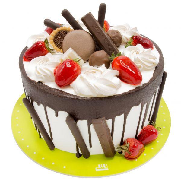 کیک فیگور خامه ای ماکارون توت فرنگی
