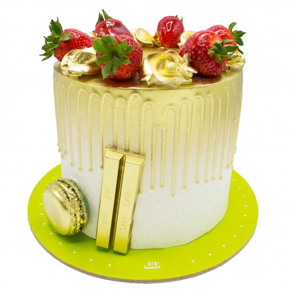کیک خامه ای طلایی و توت فرنگی