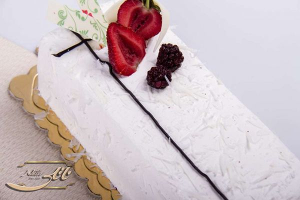 کیک بستنی وانیل با توتفرنگی