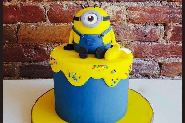 کیک تولد مینیون روی کیک